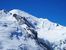Picco di MONT BLANC del paesaggio alpino della gamma di montagne nelle ALPI francesi di bellezza vedute da Aiguille du Midi a CHA Immagini Stock