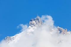 Picco di Mont Blanc in foschia con cielo blu Fotografia Stock