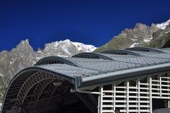 Picco di Mont Blanc, lato italiano delle alpi Costruzione moderna Fotografie Stock Libere da Diritti