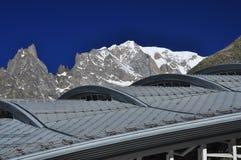 Picco di Mont Blanc, lato italiano delle alpi Costruzione moderna Fotografia Stock