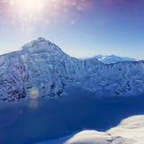 Picco di montagna alla vista dell'elicottero del ghiacciaio di Aletch dello svizzero nell'inverno Immagini Stock Libere da Diritti