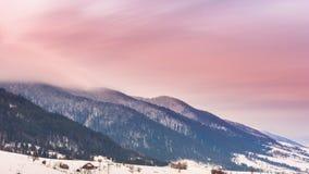 Picco di montagna con il colpo della neve da vento Paesaggio di inverno Giorno freddo, con neve stock footage