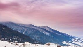 Picco di montagna con il colpo della neve da vento Paesaggio di inverno Giorno freddo, con neve video d archivio