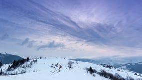 Picco di montagna con il colpo della neve da vento Paesaggio di inverno Giorno freddo, con neve archivi video