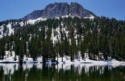 Picco di montagna con il lago e la neve glaciali fotografie stock libere da diritti