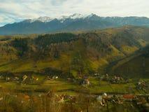 Picco di montagna con la valle di moeciu della neve Fotografia Stock
