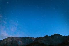 Picco di montagna con le stelle Immagini Stock Libere da Diritti