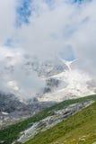 Picco di montagna coperto di nuvole Fotografia Stock