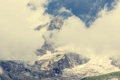 Picco di montagna coperto di nuvole Fotografie Stock