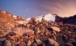 Picco di montagna della neve al tramonto Fotografia Stock