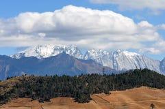 Picco di montagna della neve di Haba in nuvole Fotografie Stock Libere da Diritti