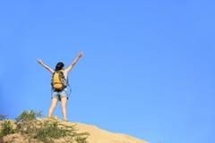 Picco di montagna della viandante della donna Fotografia Stock