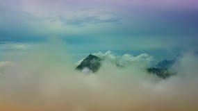 Picco di montagna di Kitzbuhel nella foschia, Tirolo Fotografie Stock