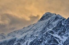 Picco di montagna di Snowy alla luce sbalorditiva Fotografia Stock