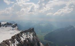 Picco di montagna di Snowy con fondo nuvoloso Fotografia Stock