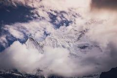 Picco di montagna di Snowy e nuvole, Himalaya, Nepal Fotografie Stock