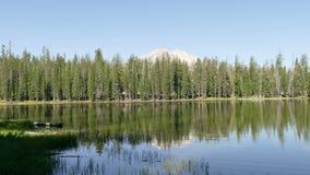 Picco di montagna e della foresta al parco nazionale vulcanico di Lassen archivi video