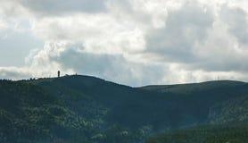 Picco di montagna Feldberg con la torre - vista distante Immagine Stock Libera da Diritti