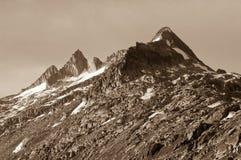 Picco di montagna Grimselpass vicino nelle montagne svizzere Fotografia Stock