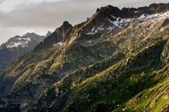 Picco di montagna Grimselpass vicino nelle montagne svizzere Fotografia Stock Libera da Diritti