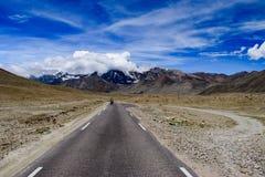 Picco di montagna himalayano innevato con Cloudscape sul modo a Gurudongmar fotografia stock libera da diritti