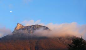 Picco di montagna nelle nuvole al tramonto Paesaggio della montagna, alpi francesi Fotografie Stock