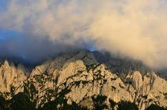 Picco di montagna in nuvole Immagini Stock Libere da Diritti
