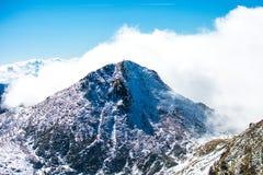 Picco di montagna nuvoloso Immagine Stock