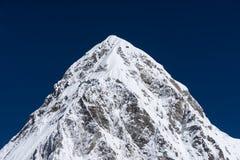 Picco di montagna di Pumori, catena montuosa dell'Himalaya, regione di Everest, N fotografia stock libera da diritti