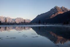 Picco di montagna riflesso in fiume Immagine Stock Libera da Diritti