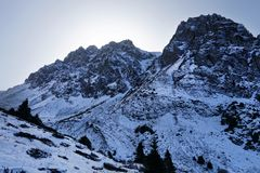 Picco di montagna rocciosa in cielo di tramonto degli altopiani Immagini Stock Libere da Diritti