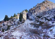 Picco di montagna rocciosa in neve Immagini Stock