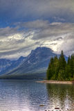 Picco di montagna sopra il lago, alberi Fotografia Stock