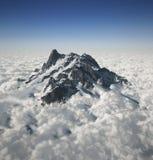 Picco di montagna sopra le nubi Immagine Stock Libera da Diritti