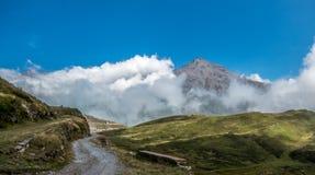 Picco di montagna sopra le nuvole Fotografia Stock Libera da Diritti