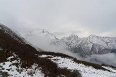 Picco di montagne della neve nel Nepal Himalaya Immagine Stock