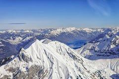 Picco di Niesen e lago alpini svizzeri Brienz Fotografia Stock Libera da Diritti