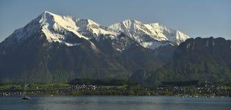 Picco di Niesen e panorama della montagna del lago Thun e delle alpi di Bernese Fotografia Stock