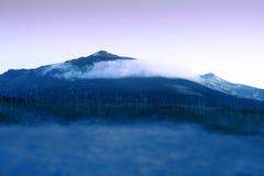 Picco di notte della Norvegia con il fondo delle nuvole Fotografia Stock Libera da Diritti