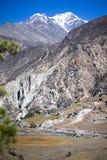 Picco di Pisang e foresta nelle montagne dell'Himalaya, regione di Annapuna, Nepal Immagine Stock