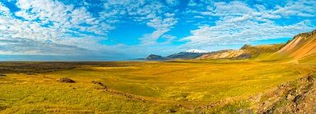 Picco di Snaefellsjoekull e paesaggio variopinto e selvaggio islandese Immagini Stock