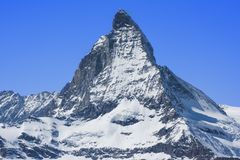 Picco di Snowy il Cervino nel giorno soleggiato con cielo blu, Svizzera Immagini Stock Libere da Diritti