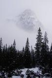Picco di Snowy nella foschia Fotografie Stock Libere da Diritti