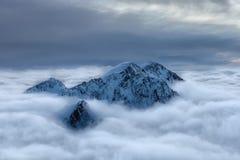 Picco di Snowy sopra le nuvole Fotografie Stock Libere da Diritti