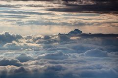Picco di Triglav sopra il mare soleggiato delle nuvole, Julian Alps, Slovenia Immagine Stock