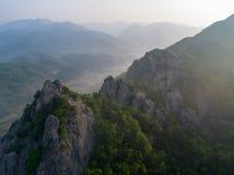 Picco e catene montuose rocciosi Immagini Stock Libere da Diritti