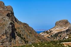 Picco e di olivo rocciosi sull'isola di Creta fotografie stock libere da diritti