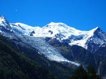 Picco e ghiacciaio di MONT BLANC nei paesaggi alpini della gamma di montagne delle ALPI francesi di bellezza dal villaggio di CHA Immagini Stock