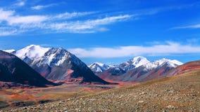 Picco e gola della neve della montagna Fotografie Stock Libere da Diritti