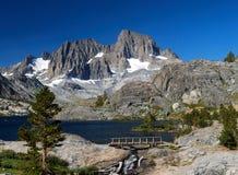 Picco e lago maestosi mountain Fotografie Stock Libere da Diritti
